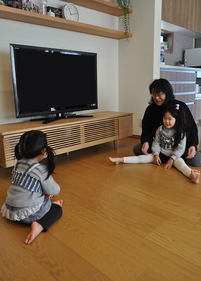 リビングで子供と遊ぶ|黒田工務店の注文住宅